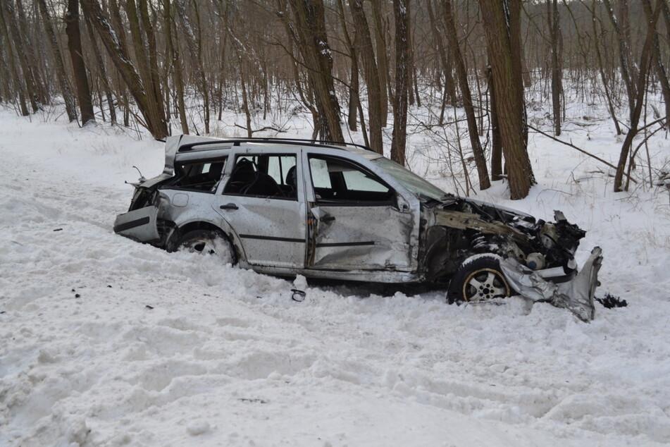 Der silberne VW wurde bei dem Zusammenstoß schwer beschädigt, sein Fahrer musste ins Krankenhaus gebracht werden.