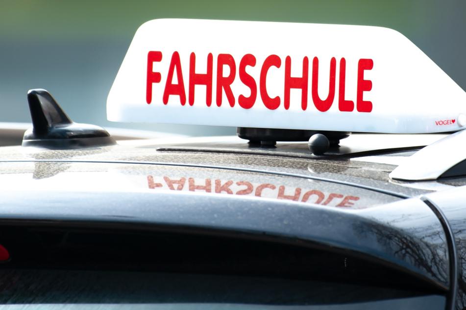Auch nach den Corona-Lockdowns ist die Zahl der Fahrschulen im Südwesten nach Angaben des Fahrlehrerverbands nicht wesentlich zurückgegangen. (Symbolbild)