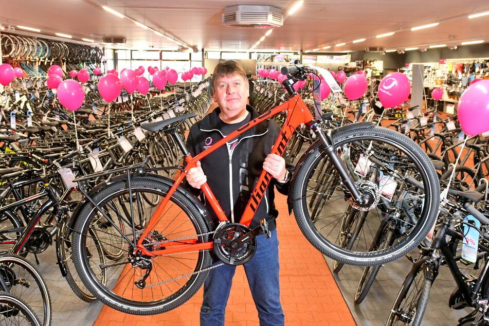 Filialchef Peter Spaeth (58) zeigt ein Diamant-Trekkingrad inmitten der XXL-Auswahl.