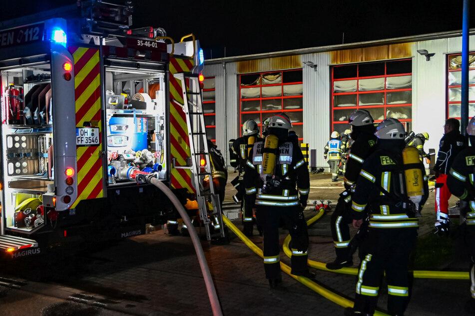 Feuerwehrleute kämpfen gegen die Flammen auf der Wache.