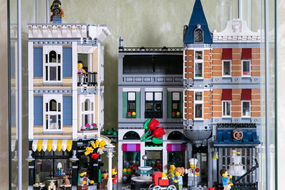 Ganze Straßenzüge, bevölkert mit Lego-Männchen, gehören zur Sammlung.