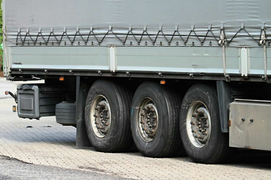 Ein Mitarbeiter des Güterverkehrszentrums entdeckte am Mittwoch beim Entladen eines Lkw sieben Asylbewerber. (Symbolbild)