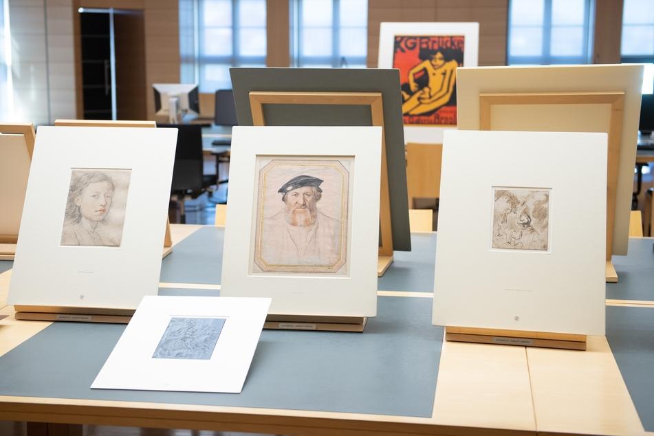 Drei Kunstwerke stehen im Studiensaal des Kupferstich-Kabinett auf einem Tisch. Das Kupferstich-Kabinett feiert in diesem Jahr sein 300-jähriges Bestehen mit einer Jubiläumsausstellung.
