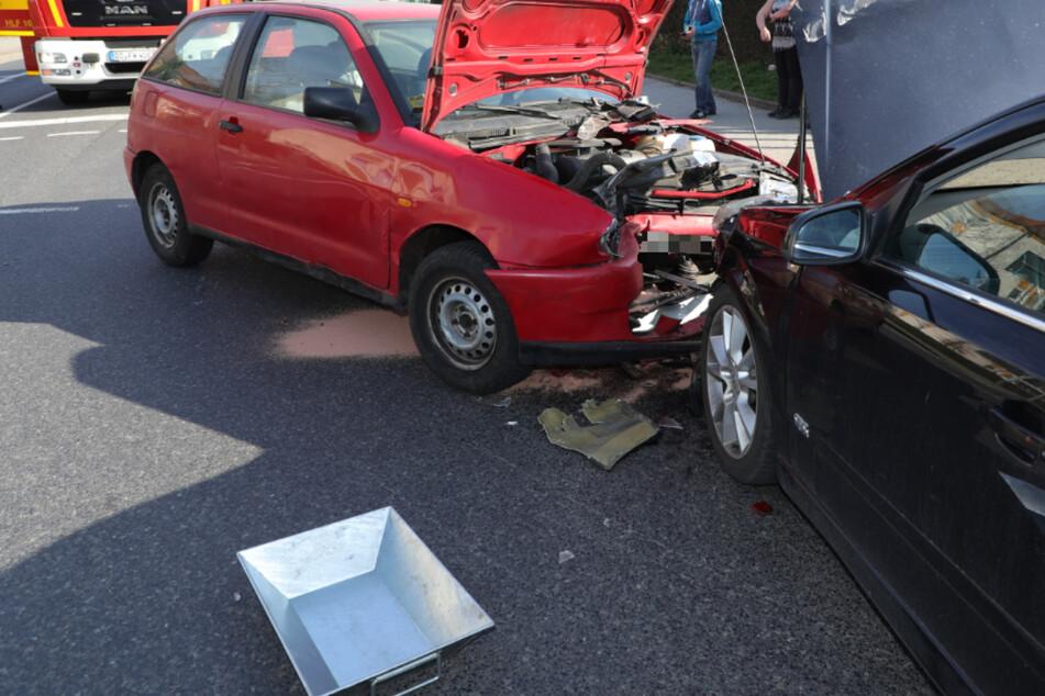 Gegenverkehr ignoriert? Opel und Seat krachen mitten auf Kreuzung zusammen