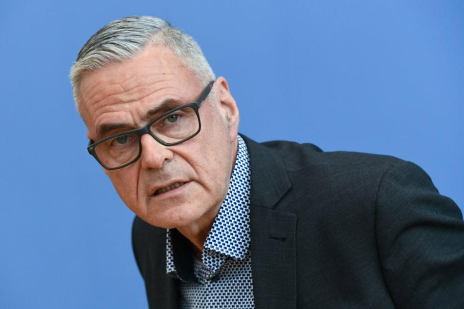 Der Präsident der Deutschen Gesellschaft für Intensiv- und Notfallmedizin Uwe Janssens spricht auf einer Pressekonferenz zum Thema Bekämpfung des Coronavirus.
