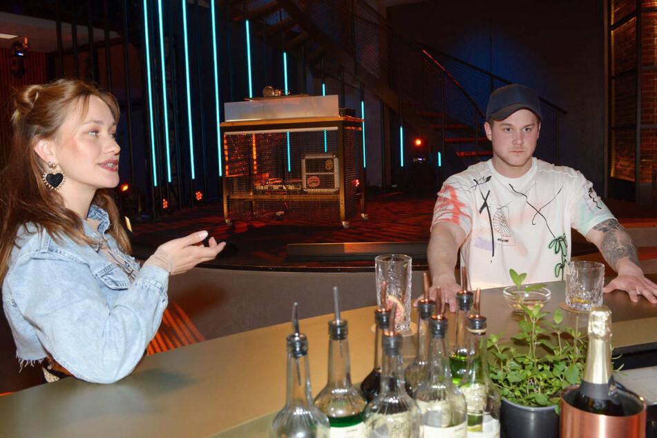 Jonas leert Nikkis Glas und nimmt dadurch ungewollt Drogen zu sich.