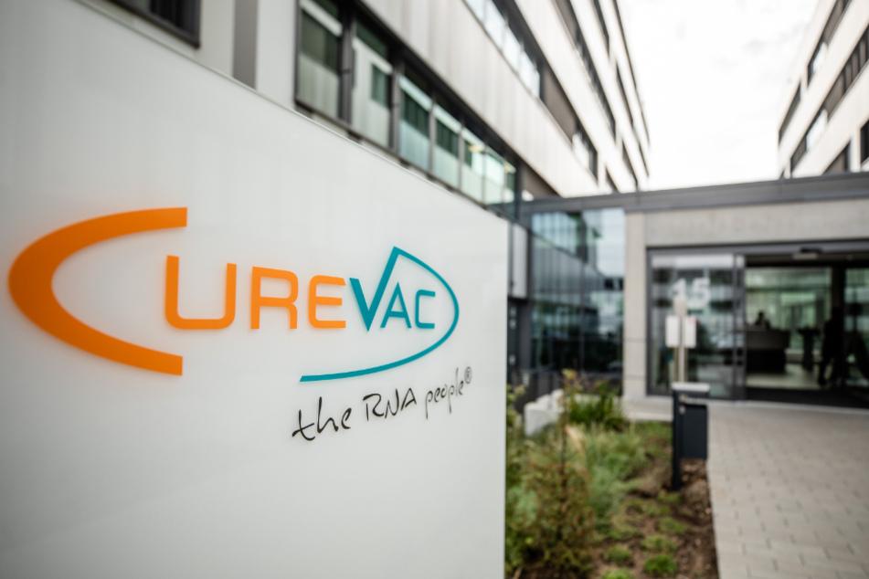 Baden-Württemberg: Das Logo des biopharmazeutischen Unternehmens Curevac ist am Eingang des Firmensitzes in Tübingen angebracht.