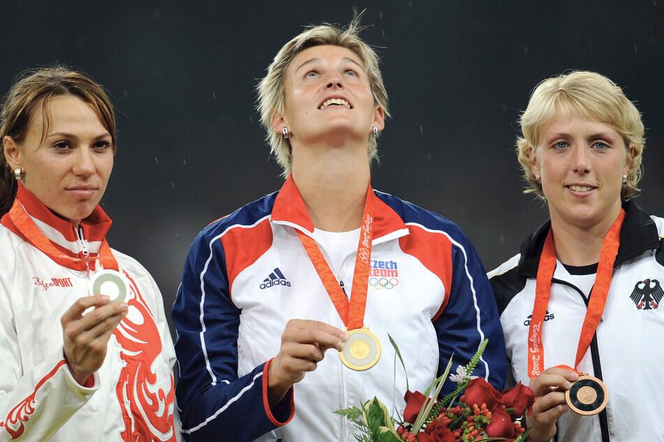 Maria Abakumowa (34, l-r) aus Russland (Silber), Barbora Spotakova (38) aus Tschechien (Gold) und Christina Obergföll (38) aus Deutschland (Bronze) feiern mit ihren Medaillen nach dem Speerwurf-Finale der Olympischen Spiele 2008 in Peking im Nationalstadion. (Archivbild)