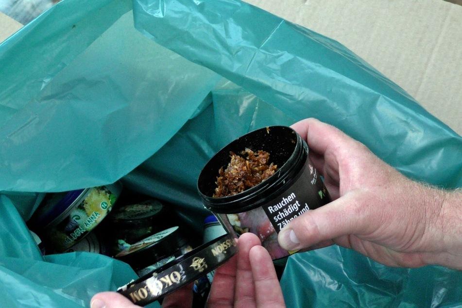 Die Beamten hatten bei der Razzia in mehreren Shisha-Bars in Köln Tüten mit unversteuertem Wasserpfeifentabak beschlagnahmt.