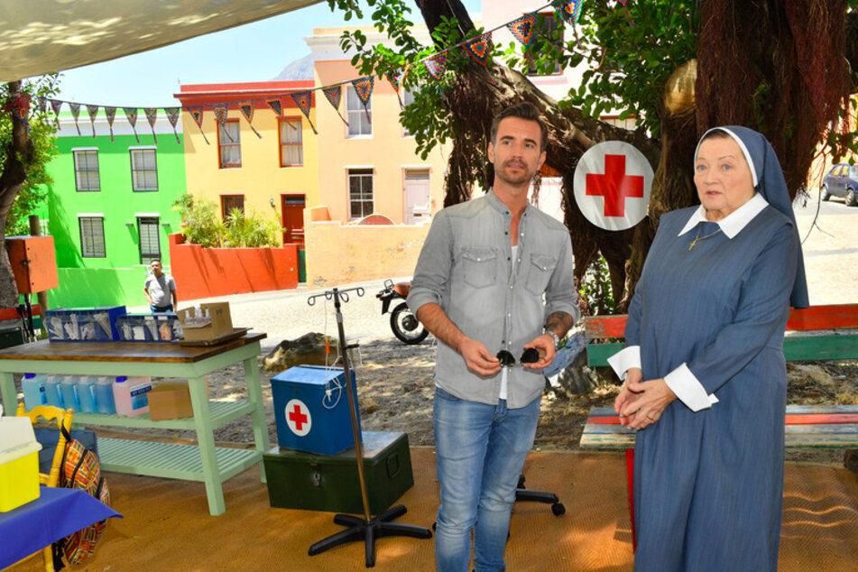 """Kapitän Max Parger (Florian Silbereisen) und Schwester Magdalena (Marianne Sägebrecht) sorgen sich um die Gesundheit der Kinder in Südafrika in der Folge """"Kapstadt"""" von """"Das Traumschiff"""" (undatierte Aufnahme)."""