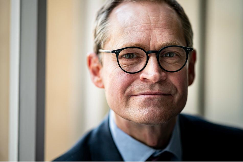 Michael Müller (SPD), Regierender Bürgermeister von Berlin, spricht in seinem Büro im Abgeordnetenhaus mit dpa-Journalisten.