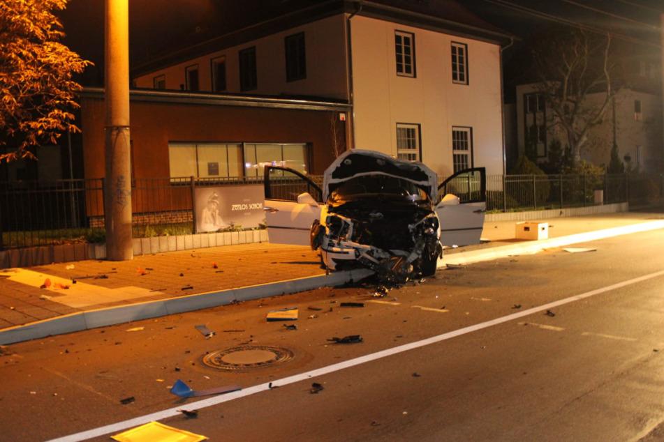 An Auto und Haltestelle entstand ein hoher Sachschaden.