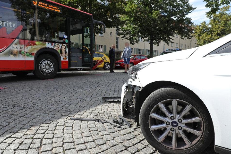 Beide Fahrzeuge wurden durch den Unfall beschädigt.