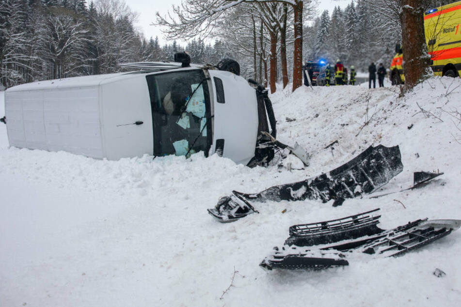 Der Transporter blieb nach dem Crash auf der Seite liegen.