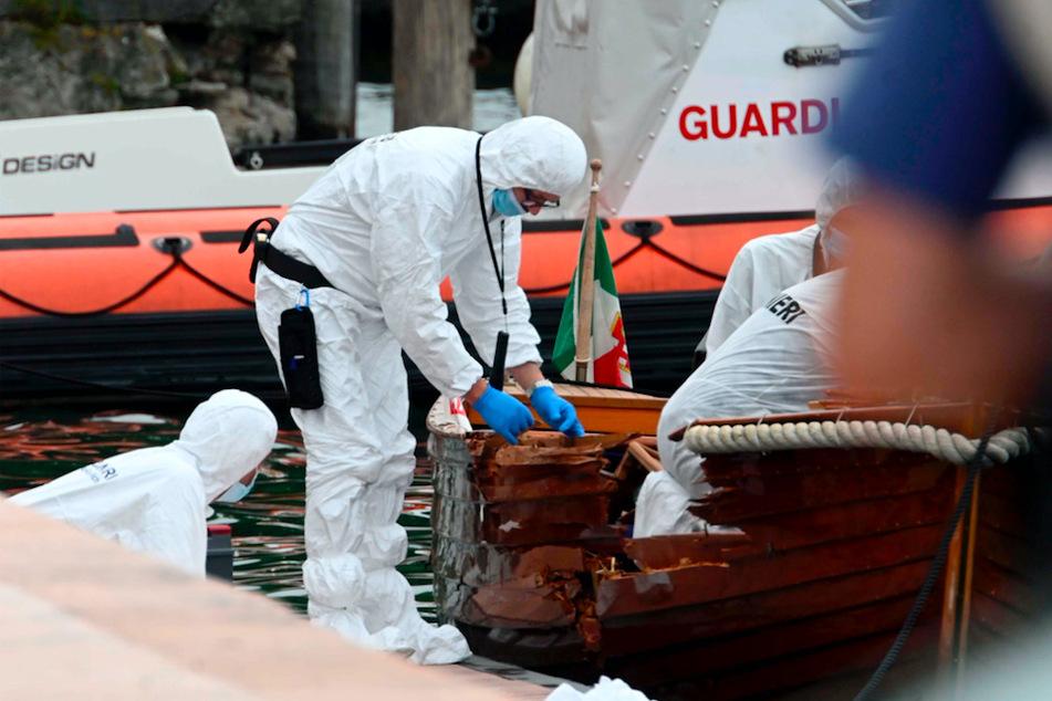 Die Spurensicherung arbeitet an dem Boot, dass auf dem Gardasee verunfallt ist.