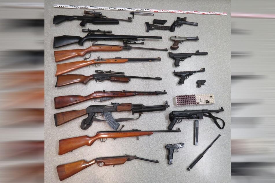 Dieses Waffen-Arsenal stellte die Polizei bei einem betrunkenen Mann (52) in der Lausitz sicher.