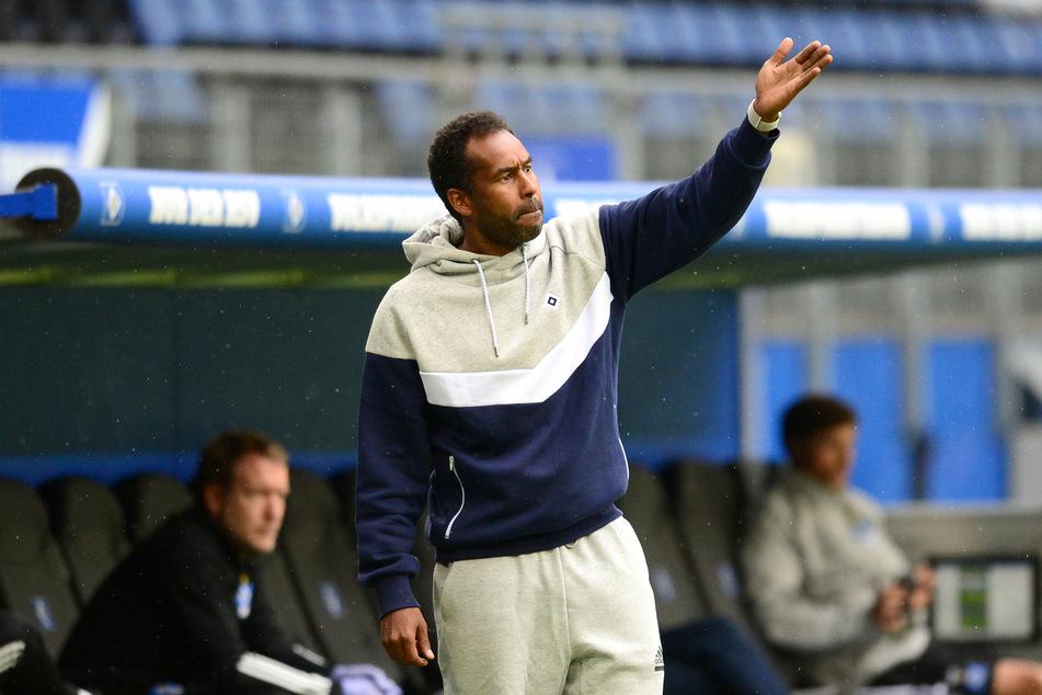 Hamburgs Trainer Daniel Thioune (46) gestikuliert und gibt Anweisungen.
