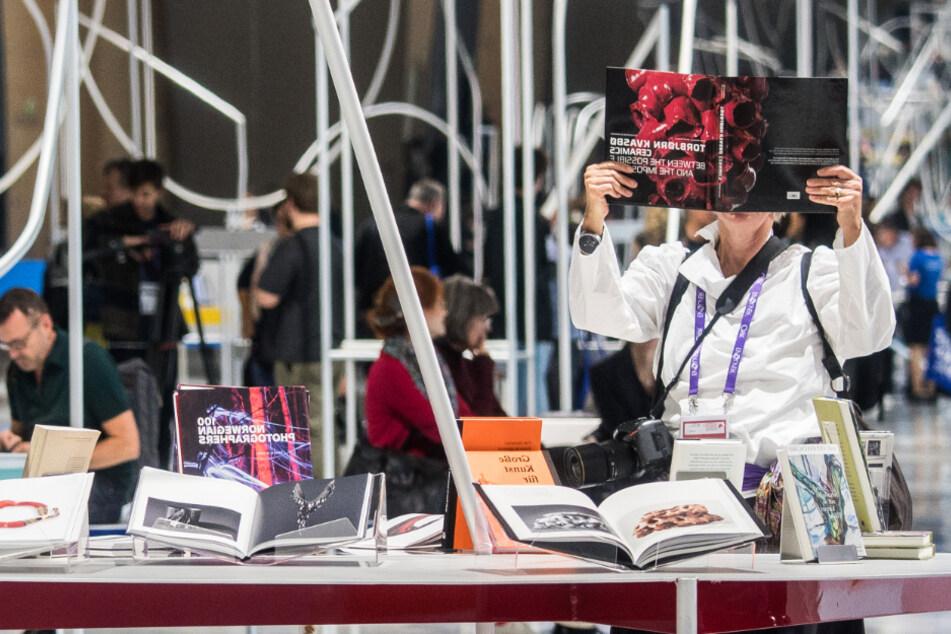 Besucher schauen sich im norwegischen Ehrengast-Pavillon der Frankfurter Buchmesse 2019 Bücher an.
