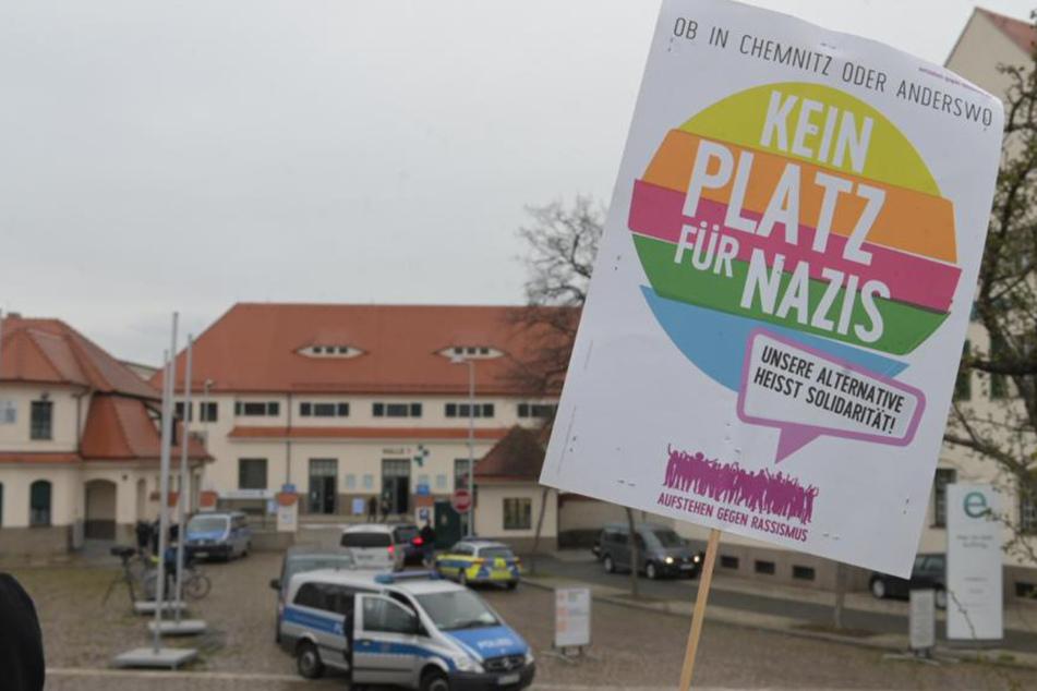 """Gegendemonstranten vor der """"Halle 1"""" der Messe Dresden."""
