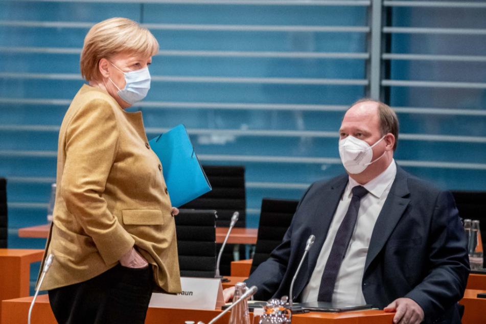 Bundeskanzlerin Angela Merkel (66, CDU), spricht mit Helge Braun (48, CDU), Chef des Bundeskanzleramtes und Bundesminister für besondere Aufgaben, vor Beginn der Sitzung des Bundeskabinetts im Kanzleramt.