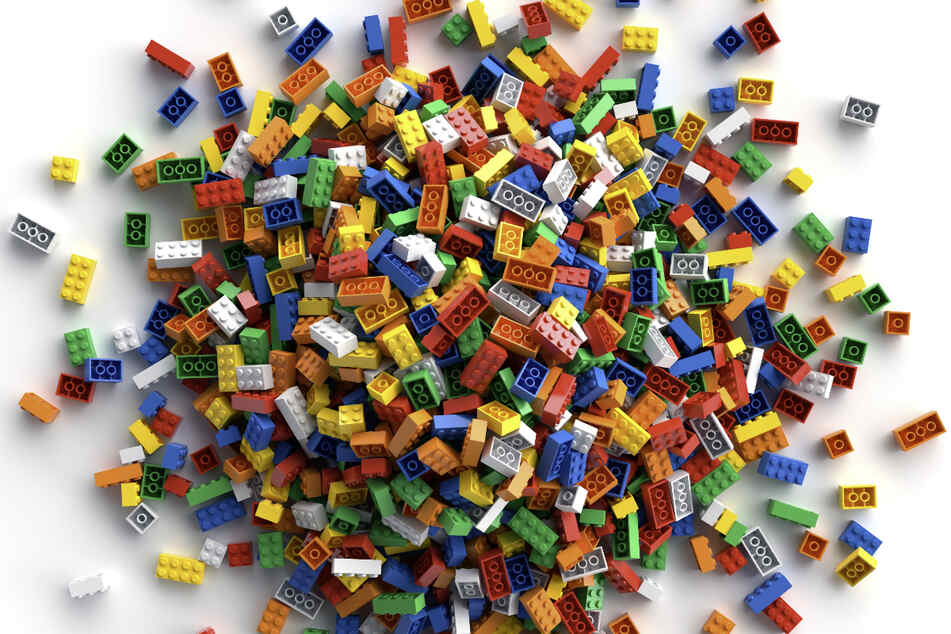 Tausende Lego-Steine klauten die Diebe über Nacht an der Autobahn.