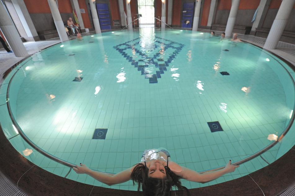 """Badegäste ruhen sich in der Kuppelhalle des Thermalbades """"Vita Classica"""" in Bad Krozingen aus."""