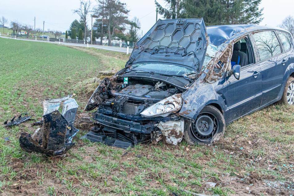 Ford überschlägt sich und landet auf Feld: Fahrerin im Krankenhaus