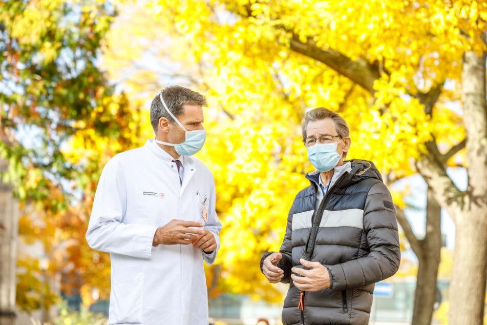Prof. Jürgen Weitz (54) mit Christian Redo (65) - einer von etwa 160 Patienten, die am Dresdener Pankreas-Zentrum operiert und 300, die hier jedes Jahr behandelt werden.