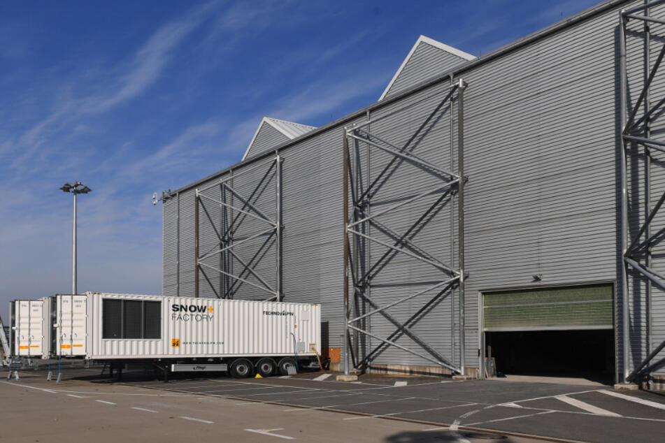 """Die beiden """"Snow Factory""""-Container produzieren Tag und Nacht den Schnee, der in einer Halle am Flughafen gelagert wird, bis er Mitte Dezember abtransportiert wird."""
