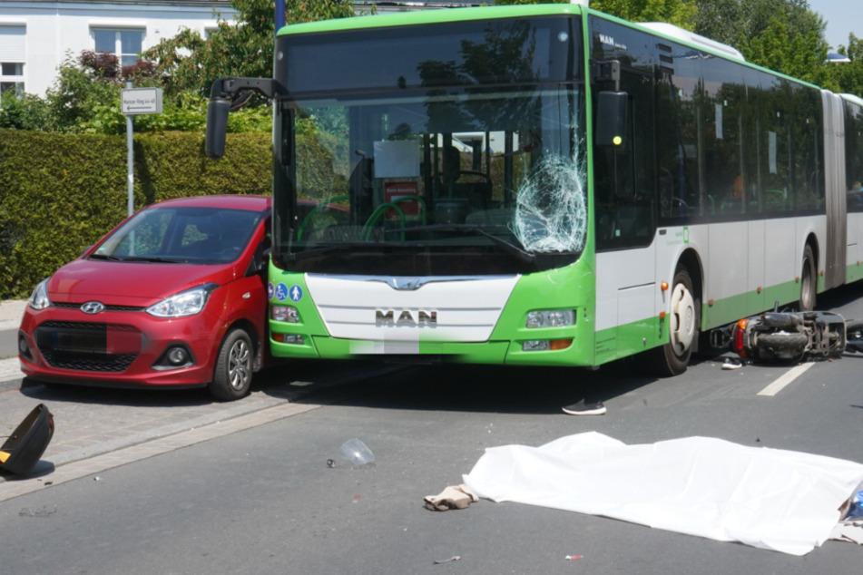 Tödlicher Unfall zwischen Roller und Linienbus: Für 84-Jährigen kommt jede Hilfe zu spät