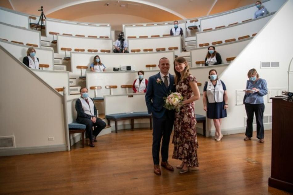 An diese außergewöhnliche Hochzeit werden sich Jen und Matt sicherlich ihr Leben lang erinnern.