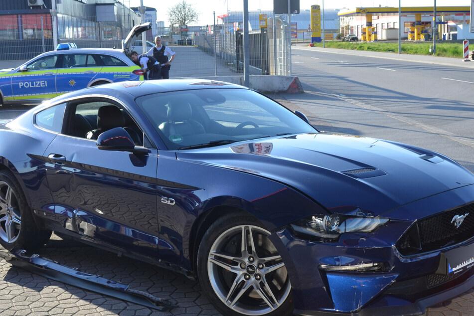 Die Polizisten gehen am Unfallort ihrer Arbeit nach.