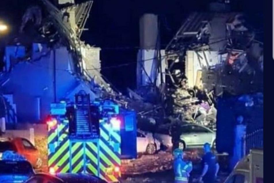 Explosion lässt Reihenhäuser einstürzen: Kleinkind stirbt, mehrere Verletzte