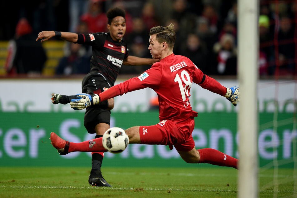 Keeper Kessler wird von Leverkusens Wendell bezwungen (Archivbild).