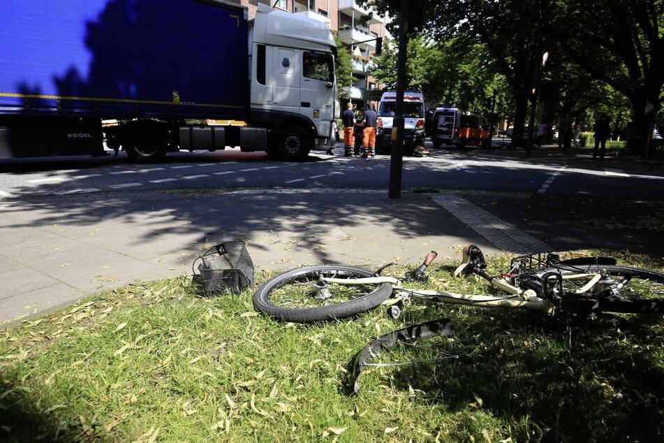 Das kaputte Fahrrad liegt auf einer Wiese.