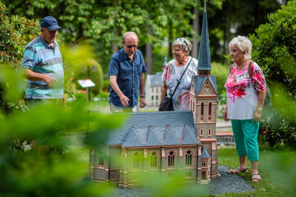 Steffen Dietz (M.) erklärt den Besuchern Walter und Brigitte Götz sowie Brunhild Staudte das Modell der Trinitatiskirche Bad Elster.