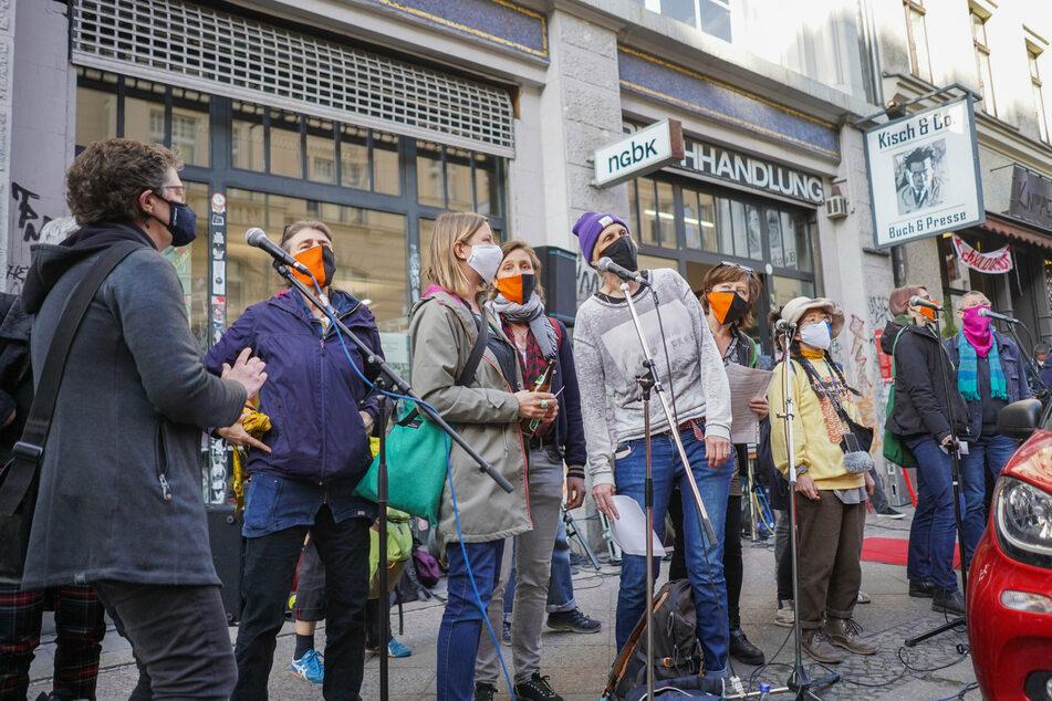"""Menschen beteiligen sich an einer Kundgebung für den Erhalt der Buchhandlung """"Kisch & Co.""""."""