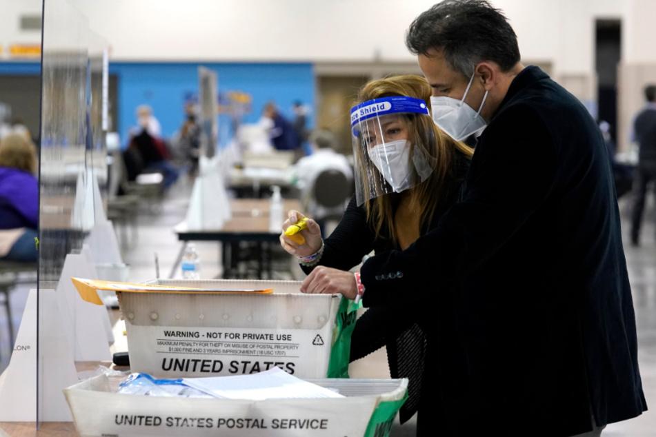 Wahlhelferinnen und Wahlhelfer führen eine Handauszählung der Stimmzettel in Milwaukee (Wisconsin) durch.