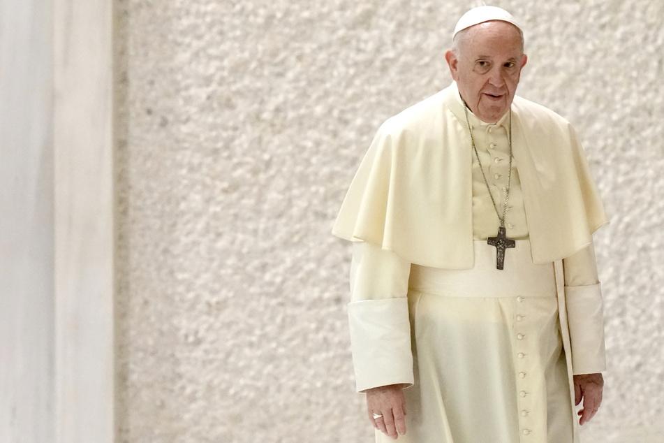 Papst Franziskus (84) bescheinigt dem Hamburger Erzbischof Fehlverhalten - aber ohne Absicht.