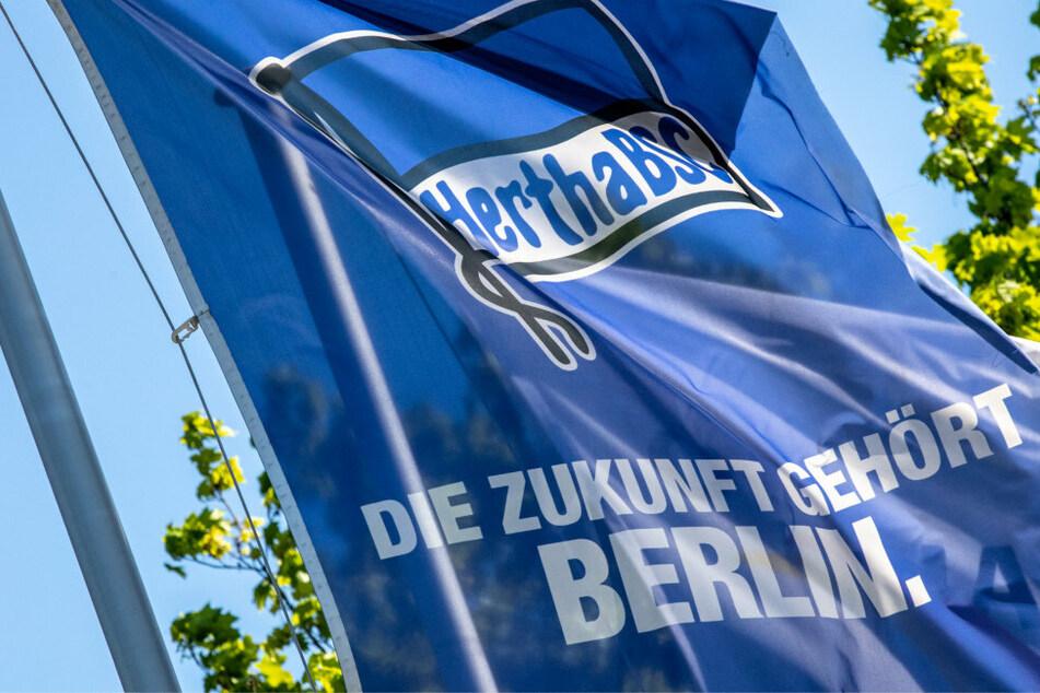 Eine Fahne mit einem Hertha-Logo weht am Trainingsplatz von Hertha BSC.