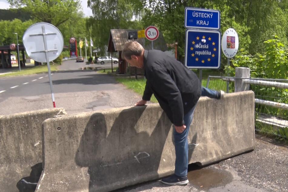 Gegen 12 Uhr durften die ersten Deutschen wieder über die tschechische Grenze. Die Betonblöcke mussten allerdings zunächst überstiegen werden, da diese erst im Laufe des Tages weggeräumt werden.