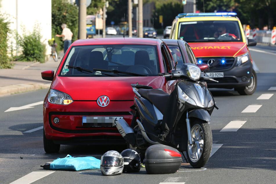Der rote VW Up stieß auf den Motorroller Piaggio.