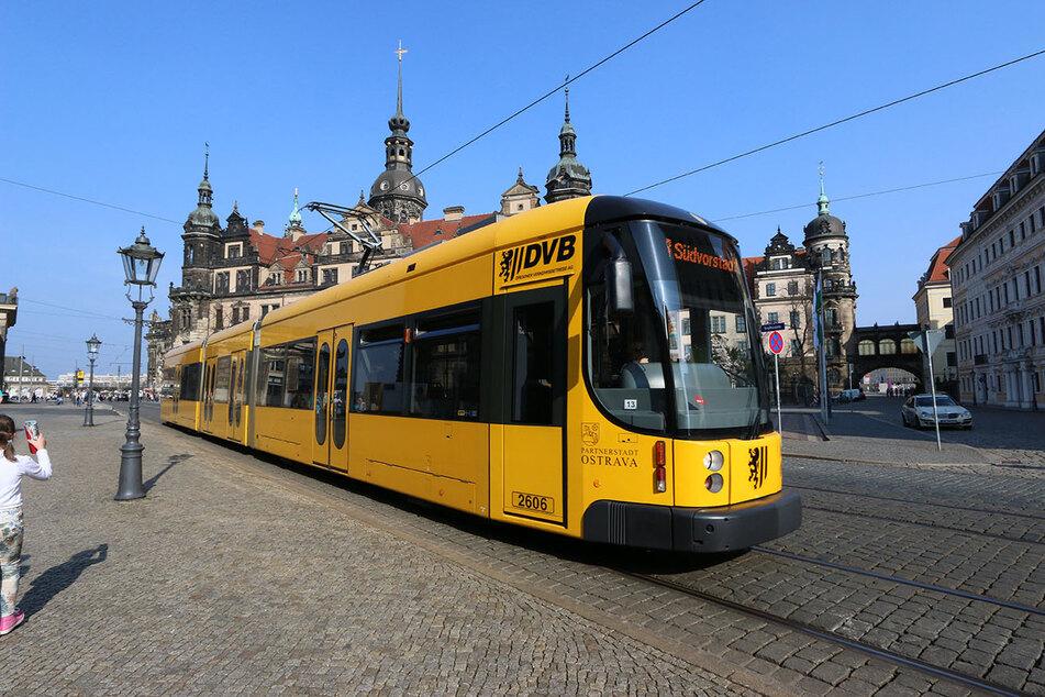 Straßenbahn der Dresdner Verkehrsbetriebe AG in der Innenstadt