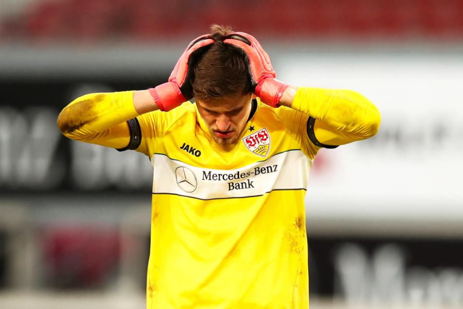 VfB-Keeper Gregor Kobel schlägt nach dem Abpfiff die Hände über dem Kopf zusammen.