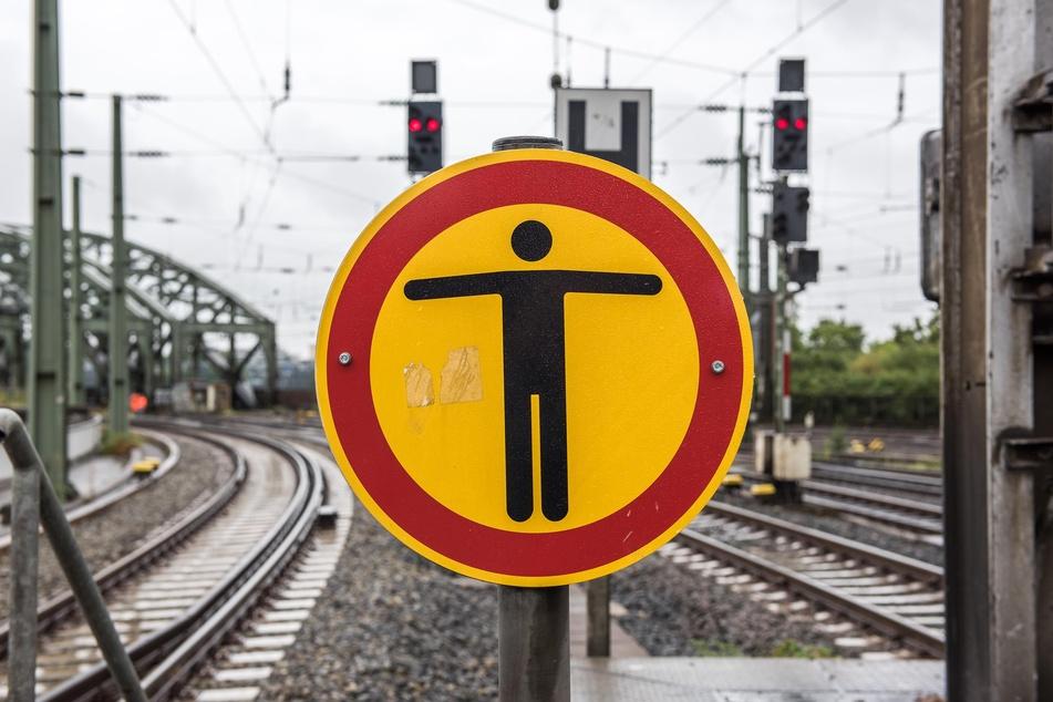 Senior geht auf Gleisen spazieren und wird fast von Zug erfasst