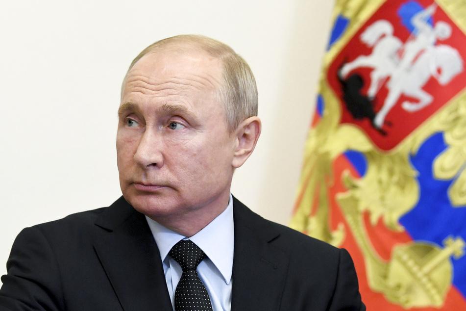 Wladimir Putin, Präsident von Russland, sitzt in seiner Vorstadtresidenz Nowo-Ogarjowo und nimmt an einer Videokonferenz teil.