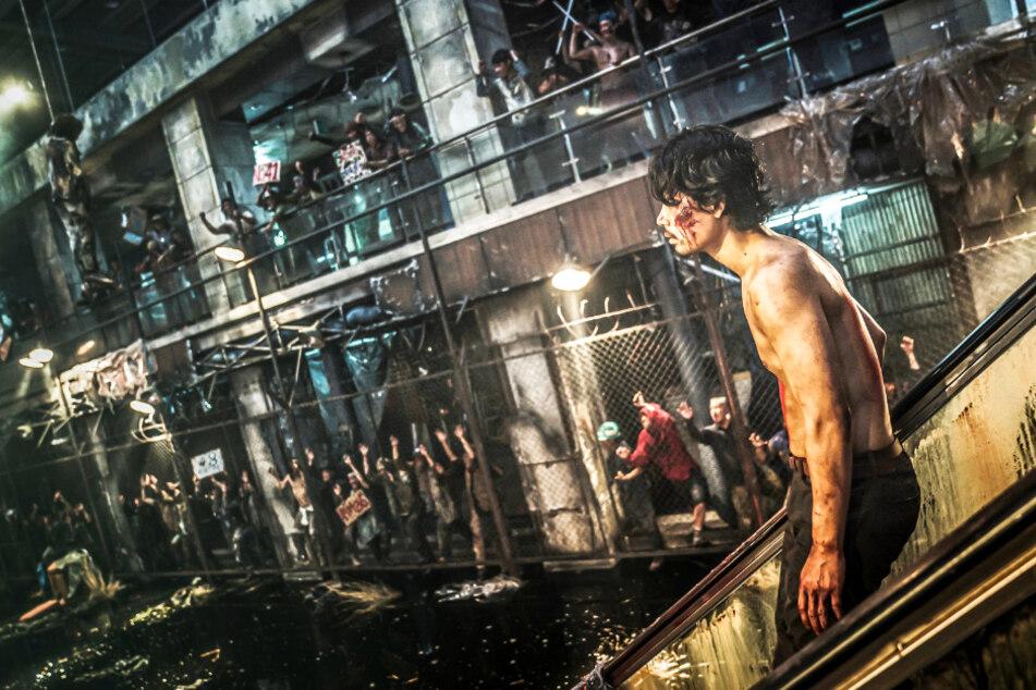 Cheol-min (Kim Do-yoon) wird unter dem Jubel der geisteskranken Banden in die Arena geschickt, wo er um sein Leben kämpfen und rennen muss.
