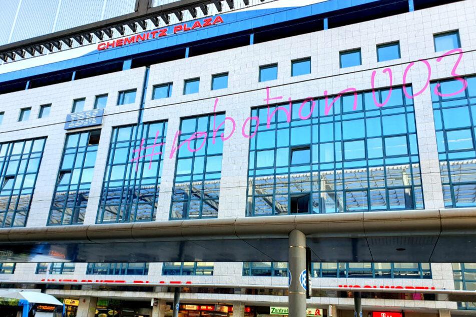 """Am Chemnitz-Plaza leuchtet für drei Monate der Schriftzug """"#robotron003""""."""