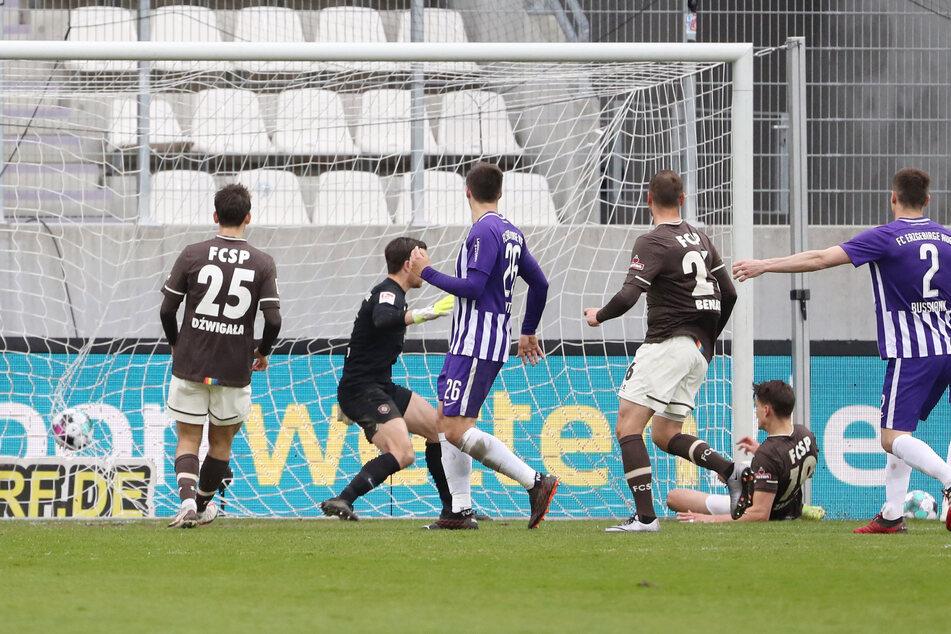 Die endgültige Entscheidung zugunsten des FC St. Pauli. Luca Zander (2.v.r). traf zum 3:0.