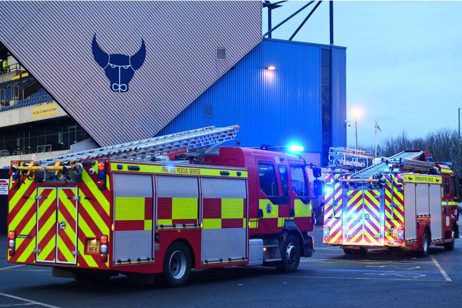 Feuer-Schock bei Profispiel! Stadion-Evakuierung wegen Flutlicht-Brand